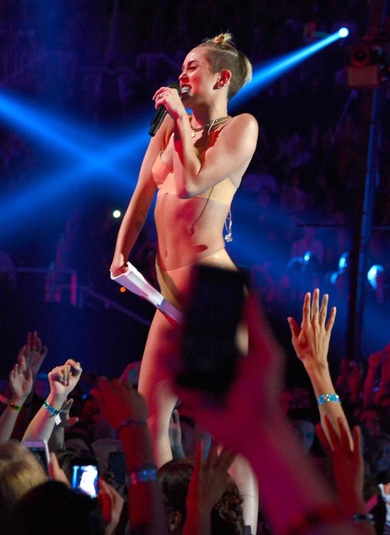 Miley cyrus twerking two black dicks 5