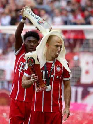 Busa minuman membantuk handuk menyelimuti kepala Arjen Robben Bayer Munich