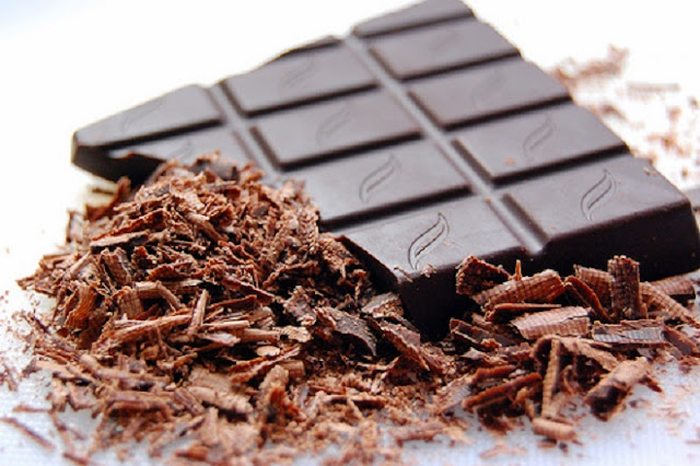Εσύ τρώς μαύρη σοκολάτα;