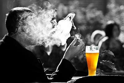 Курят сигареты фото