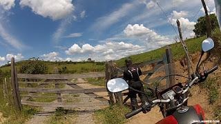 Porteira para a entrada da trilha na Estrada Real.