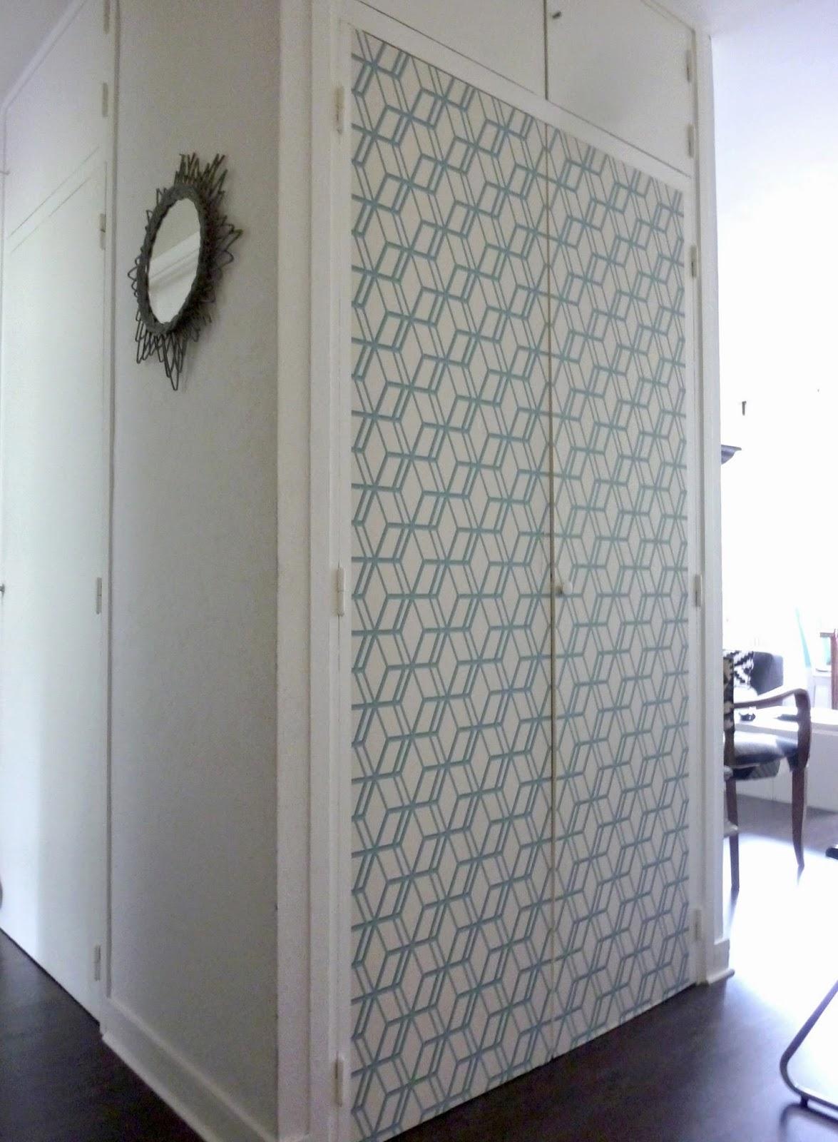 papier peint porte placard. Black Bedroom Furniture Sets. Home Design Ideas