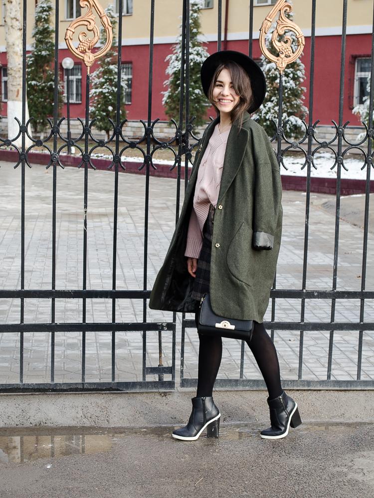 fashion blogger diyorasnotes plaid skirt romwe dutsy pink jumper asos coat