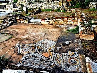 بقايا أرضية من الفُسيفساء من مكتبة الإمبراطور الروماني هادريان بأثينا