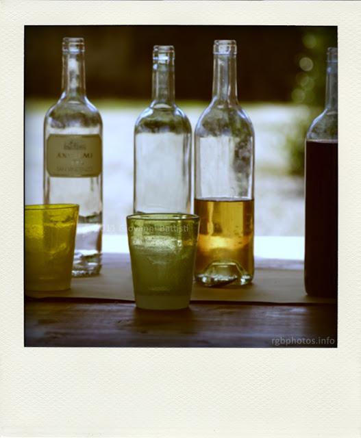 Fotografia polaroid di bottiglie di vino