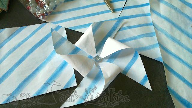 La TEI , girandole di carta a righe azzurre