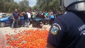 «Θερμή» υποδοχή με ντομάτες στον Γιάννη Τσιρώνη στο Τυμπάκι της Κρήτης! (ΦΩΤΟ)