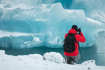 fotógrafo sacando instantáneas de forma segura en un glaciar de Islandia