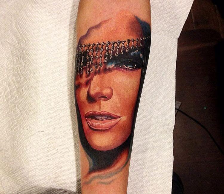 Tatuaje de un rostro de mujer árabe