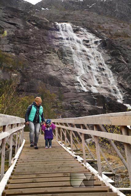 Norwegia z dziećmi. Blog o tanim podróżowaniu z dziećmi. Atrakcje turystyczne Wodospad Langfossen i Åkrafjord