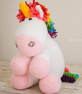 http://translate.google.es/translate?hl=es&sl=en&tl=es&u=http%3A%2F%2Fwww.1dogwoof.com%2F2015%2F01%2Frainbow-crochet-unicorn-pattern.html
