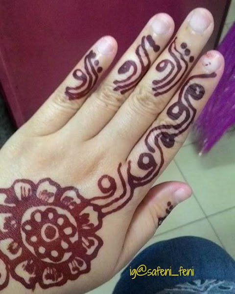 Warnai Tangan Dengan Inai