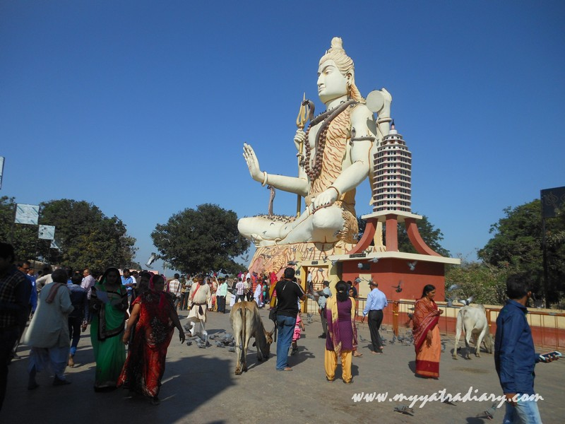 People crowding near Lord Shiva statue at  Nageshwar Jyotirling Shiva Temple, Bet Dwarka