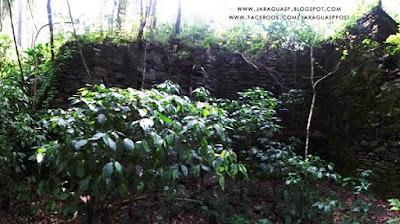 Foto 4: paredão de pedras remanescente da pedreira de quartzo