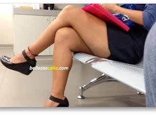 mujeres mini falda enseñando piernas