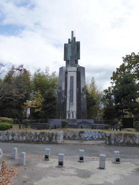 王仁公園・平和の像