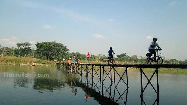 Antre saat menyeberang Jembatan Sesek Mangir
