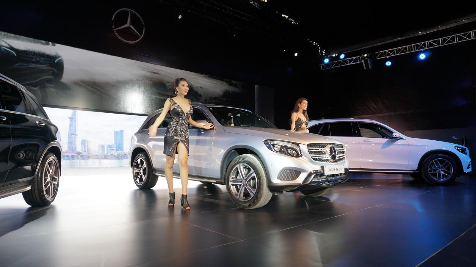Chiếc Mercedes Benz GLC 250 2016 xuất hiện ấn tượng với hai siêu mẫu