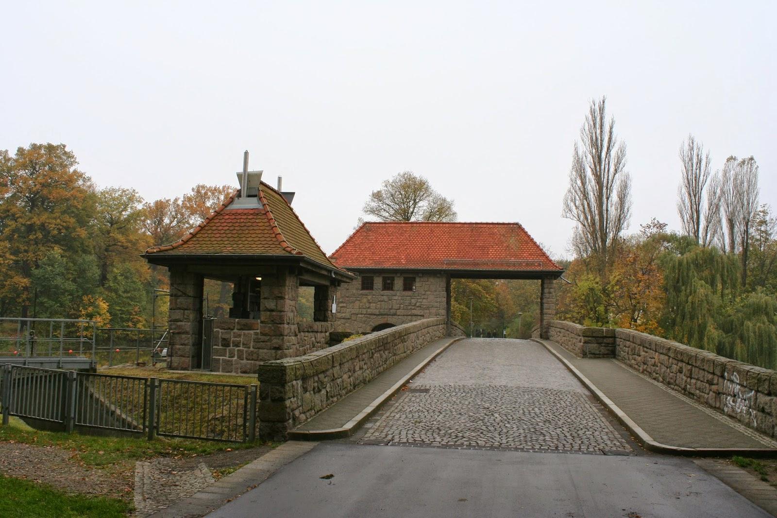 Wurde von 1913 bis 1917 als Walzen-/ Schützen-Wehr erbaut