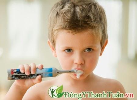 Vệ sinh răng miệng kém - Nguyên nhân gây hôi miệng ở trẻ em