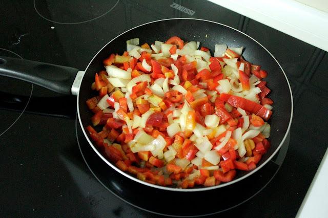 Sartén con cebolla y pimiento rojo