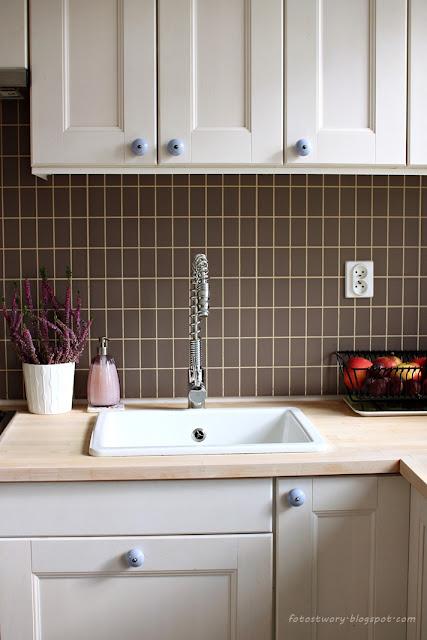 biała kuchnia, kitchen, białe szafki, blat, kafelki, bateria