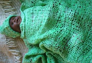 manta verde e gorro verde tricotado com lã de ovelha