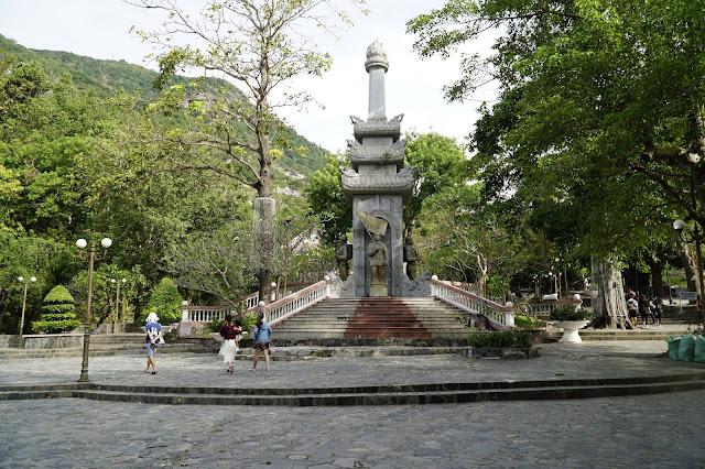 Các di tích dọc đường đi leo bộ lên chùa Bà Đen