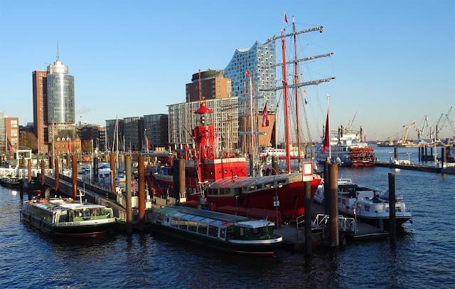 Hafen Hamburg mit rotem Feuerschiff und Elbphilharmonie