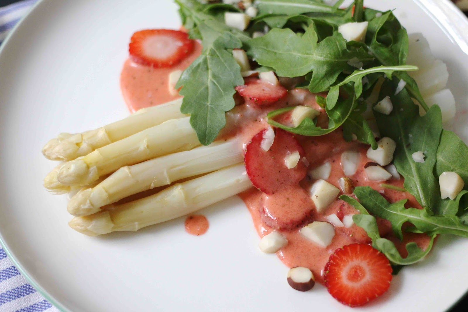 Weißer Spargel mit Erdbeervinaigrette