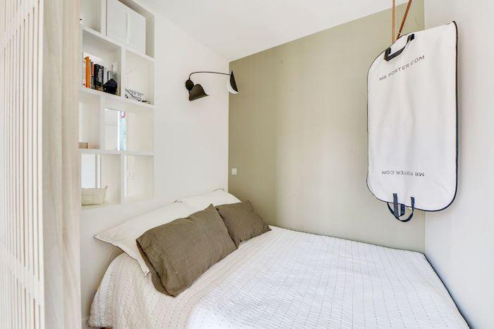 Dormitorio con puerta panel de listones de madera y librería de pladur