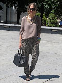 Calças animal print leopardo com camisola malha bege