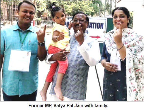 'ELECTION-2019': Former MP Satya Pal Jain with family