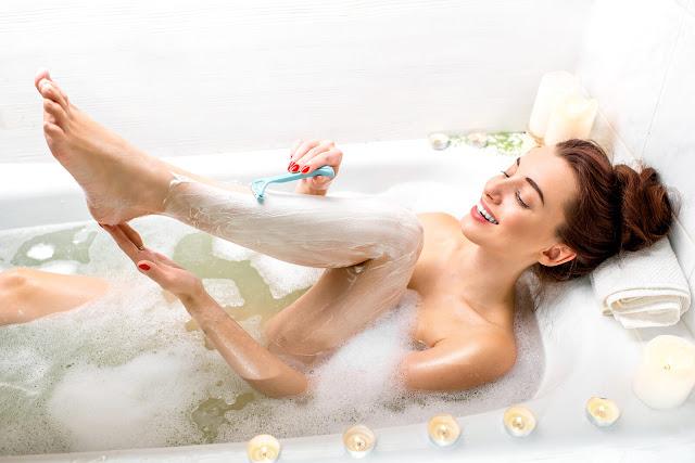 žena brija noge u kadi