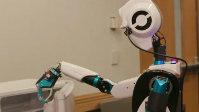 robot recepcionista trae cervezas