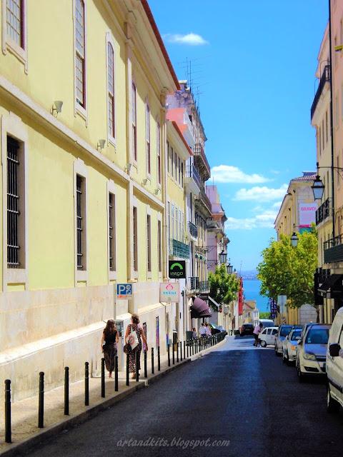 Ruas de Lisboa... onde o Tejo espreita... numa carícia perfeita... / Streets of Lisbon... where the Tagus lurks... in a perfect caress...
