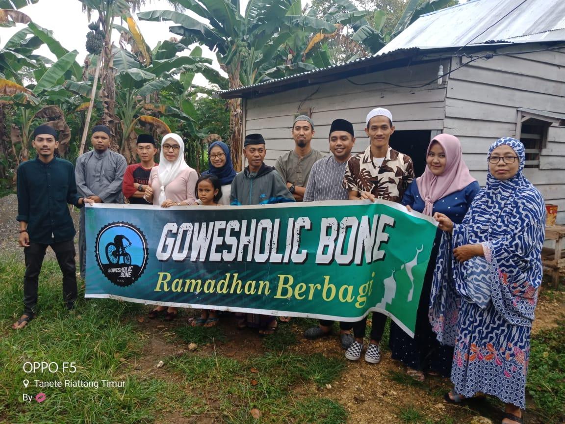 Gowes Holic Bone Serahkan Bingkisan Ramadhan ke Kaum Dhuafa