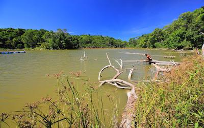 Memancing saat siang terik di danau Nefokau