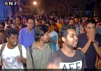 Jadavpur University students took out a rally in Kolktata on Tuesday night in support of JNU students.  Th rally turned controversial when a member was seen raising slogans eulogising Parliament attack convict Afzal Guru.