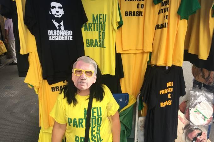 Ex-petista desiludida vende 200 camisetas de Jair Bolsonaro por dia d8526a85c3632