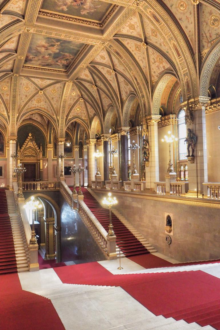 Grand escalier dans le parlement de Hongrie