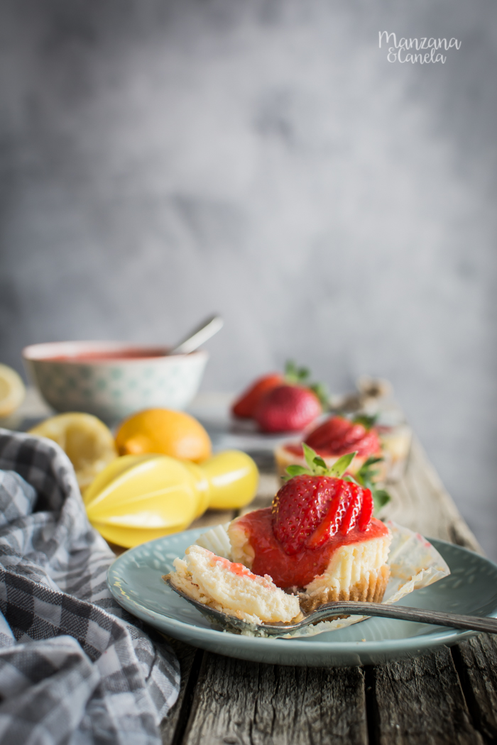 Mini cheesecakes de limón y fresas.