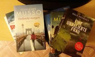 Bücher, die auf einem Haufen liegen