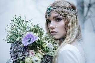 9cf78415ae Panna młoda przypomina Arwenę ma na sobie piękną suknię projektu Moons  Varsovie