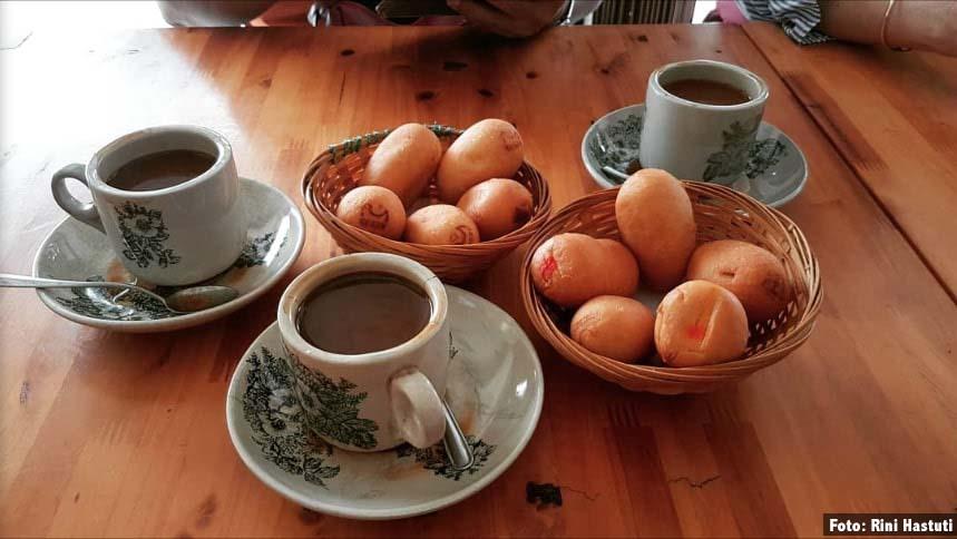 Makan luti gendang sambil ditemani kopi hitam