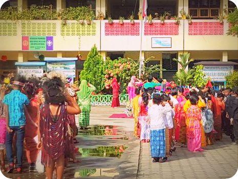 Pelajar SD Kotaraja Gelar Upacara Bendera dengan Pakaian Adat