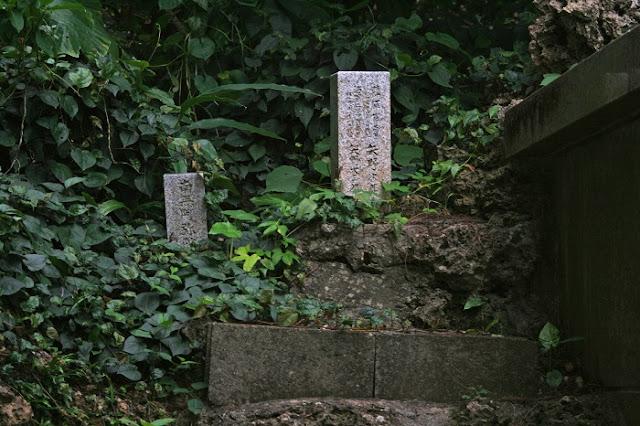 萬魂之塔の隣にある小さな2つの石碑の写真