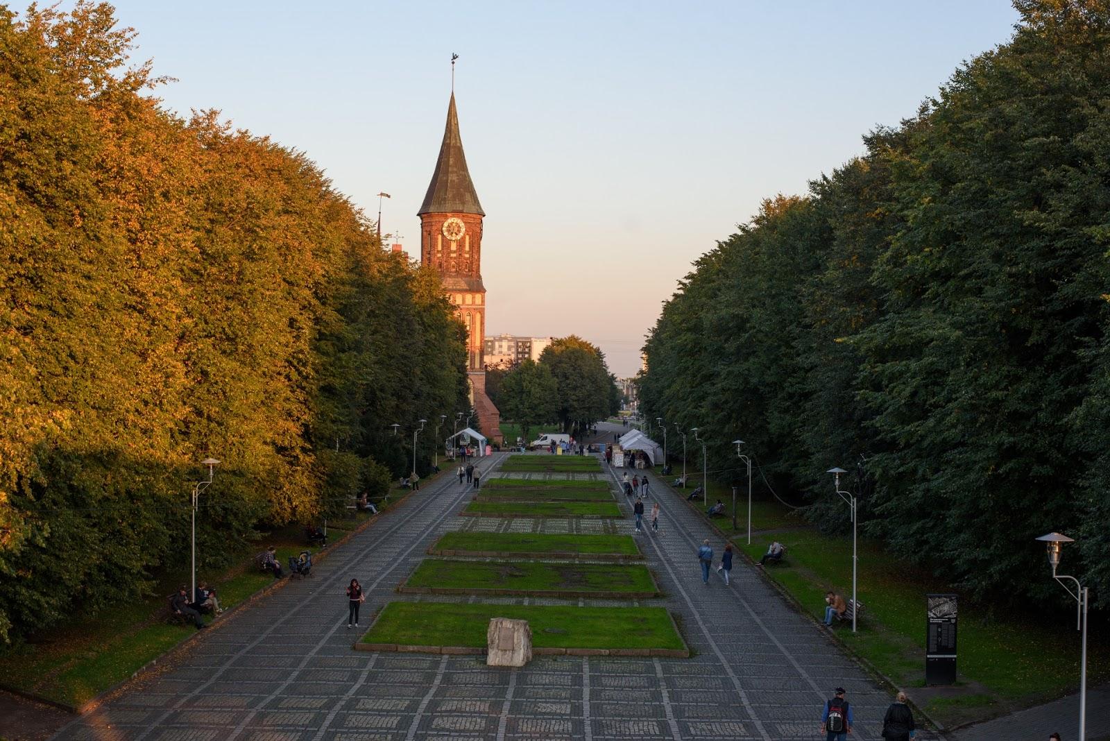 Вид на Кафедральный собор Калининграда с моста
