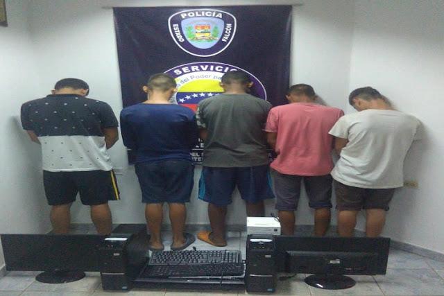 Cinco jóvenes se robaron las computadoras de la Universidad Francisco de Miranda