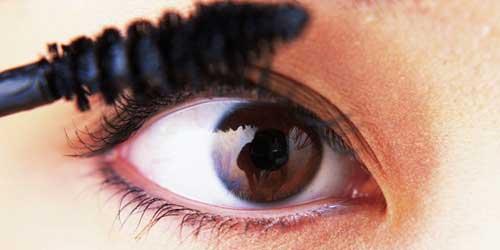 como aplicar el rimmel en ojos caidos